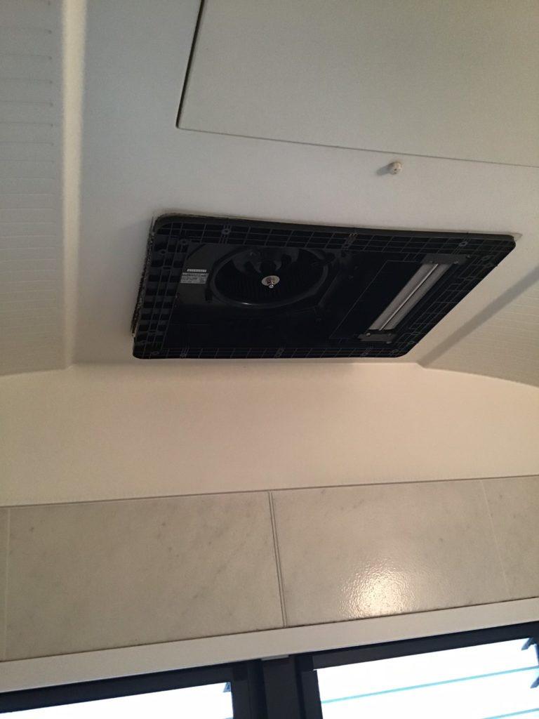 浴室換気扇交換作業中