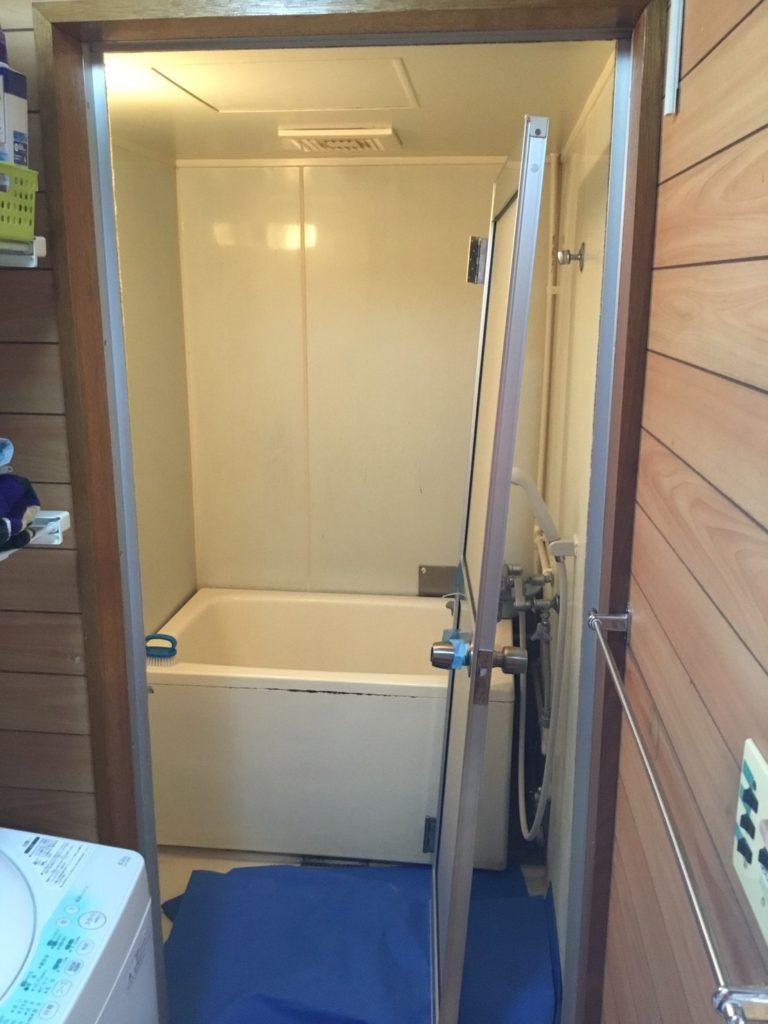 浴室開き戸交換施工中